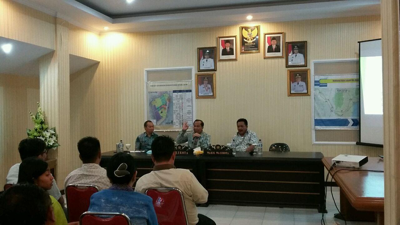 Walikota Bitung Max Lomban dan Wawali Maurits Mantiri didampingi Kadis Pendidikan, Ferdy Tangkudung saat membuka FGD ILMU.