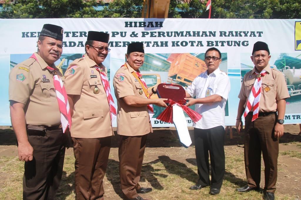 Walikota dan wawali Bitung saat menerima bantuan sejumlah alat berat dari Kementrian PUPR