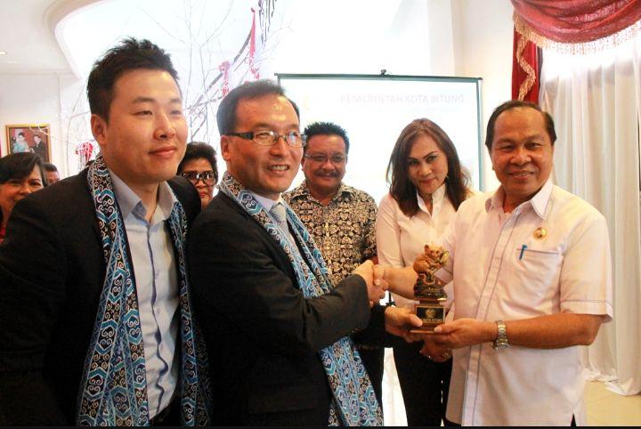 Walikota Bitung, M J Lomban saat menyerahkan cendramata kepada Tim TPO