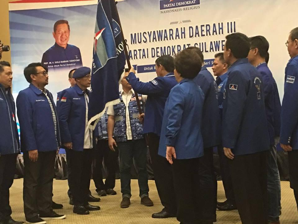 Terpilihnya GSVL, Pataka diserahkan oleh Ketua DPP Partai Demokrat, Jenderal (Purn) Pramono Edhie.