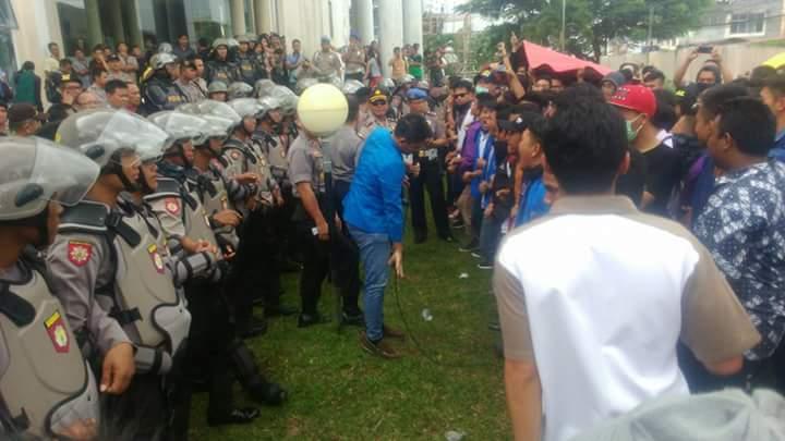 Suasana Demo Mahawsiswa UKIT di Kantor Sinode (Foto/ist).