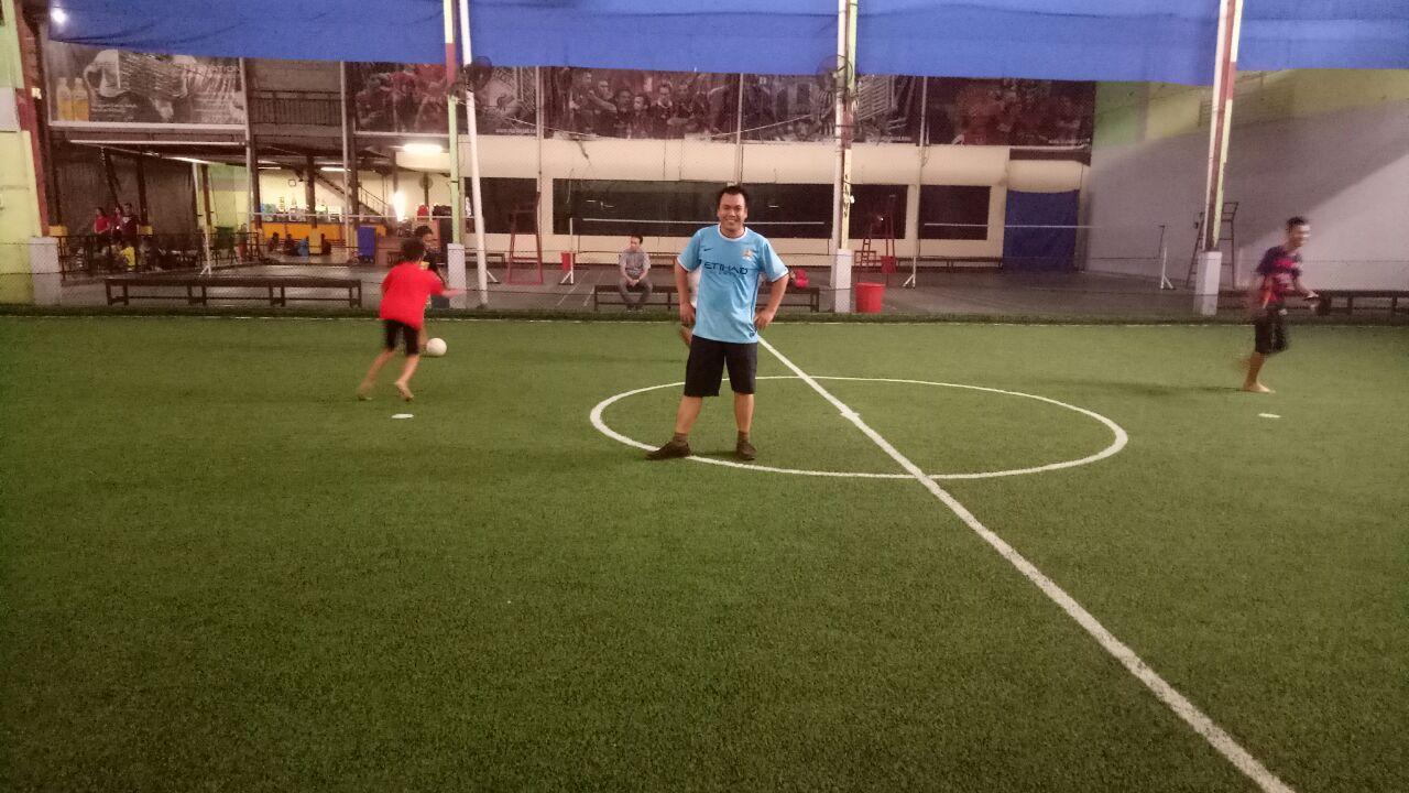 Permainan Futsal Pemuda GMIM Lintas Generasi.