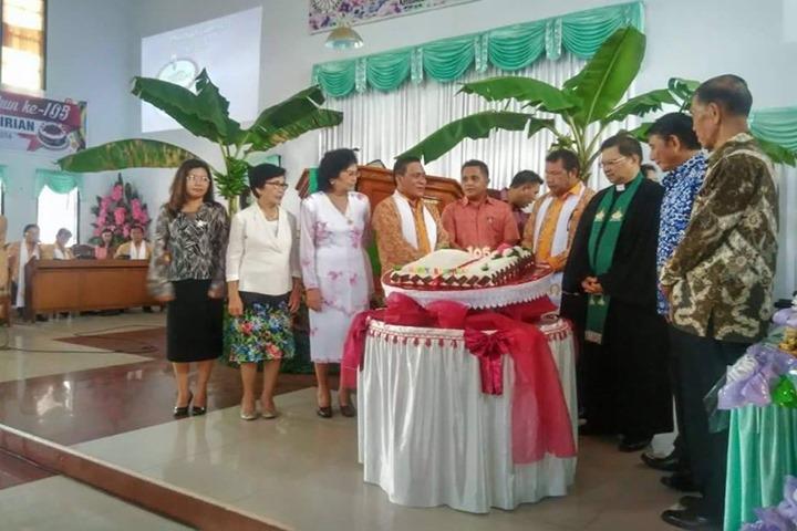 150 Tahun GMIM Baitel Girian Mengusung tema Tradisional. (Nampak) dekorasi pohon pisang di dalam gereja)