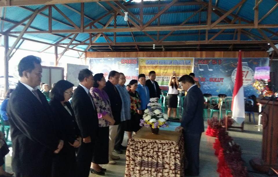 Rektor UKIT saat melantik Dekan Fakultas Teologi, Jumat (2/9)