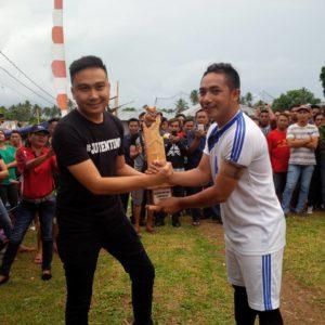 Nick Adicipta Lomban, SE saat menyerahkan piala kepada kapten team Haycarb selaku pemenang (Juara Satu)