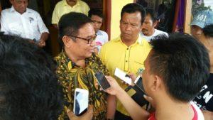 Moktar Arunde Parapaga (MAP) saat diwawancarai oleh rekan-rekan pers biro Talaud usai mendaftarkan diri