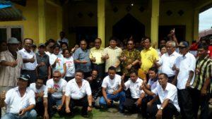 Moktar Arunde Parapaga (MAP) Foto bersama usai mendaftakan diri di DPD Partai Golkar (PG) Talaud didampingi para tokoh agama, hamba Tuhan dan masyarakat pada umumnya.
