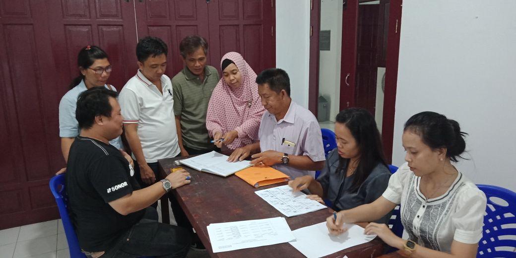 Personil Partai Hanura Saat melengkapi Berkas di KPU Bitung.(foto:roykerompas)