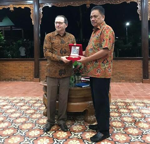 Duta Besar Prancis untuk Indonesia Jean-Charles Berthonnet menerima cinderamata dari Gubernur Sulut Olly Dondokambey.(foto:hmsprovsulut)