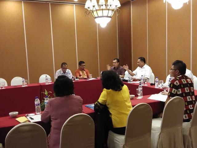 Ketua Panitia Pemilihan yang juga Gubernur Sulut Olly Dondokambey saat memimpin rapat rekapitulasi calon BPMS GMIM.(foto:hmsprovsulut)