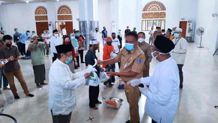 Bersama Baznas Gubernur Olly Bantu 1500 Paket Ramadhan 1441 H