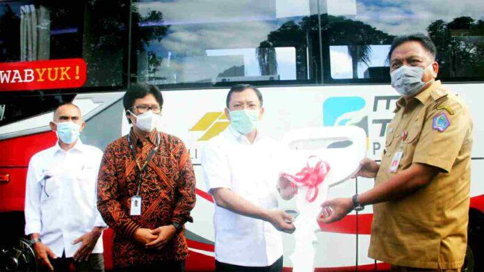 Mobil Lab PCR Bantuan PT MSM Diserahkan Menkes Kepada Gubernur Olly
