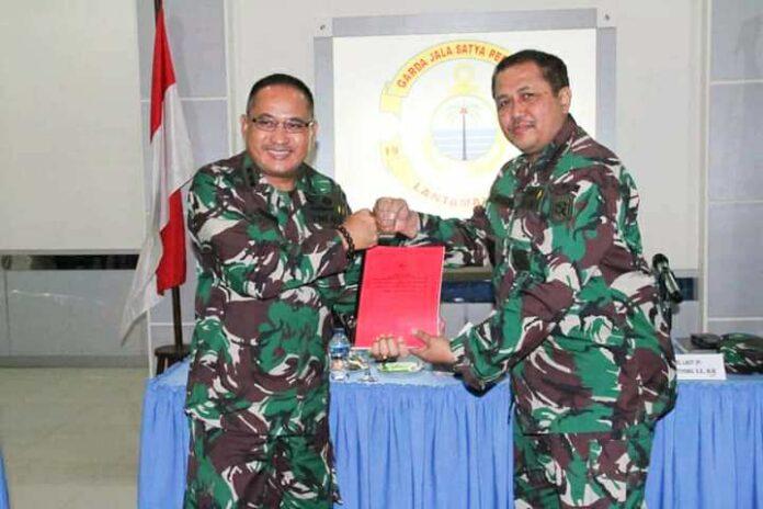 Wadan Lantamal VIII Kolonel Johanes Wibowo Serahkan Memorandum ke Kolonel Endra Sulistiyono