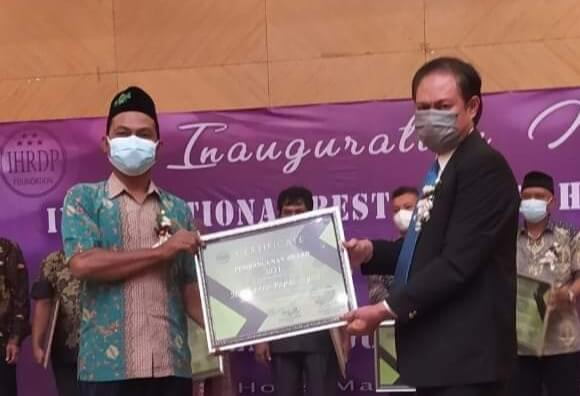Kades Mongkoinit Herdi Paputungan Raih Penghargaan dari IHRDP Foundation
