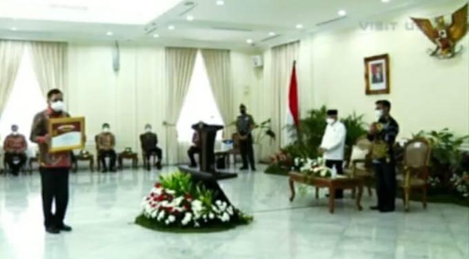 Gubernur Olly Terima Penghargaan Abdi Bakti Tani
